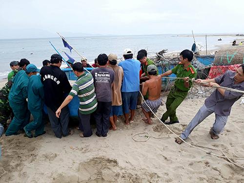 Tàu thuyền ở Ninh Thuận được kéo vào bờ, tránh trú bão. Ảnh: Thanh Châu