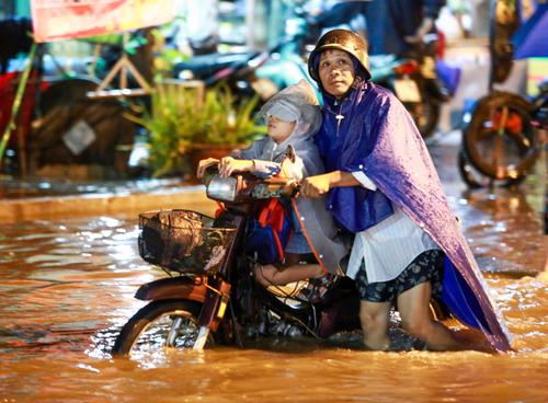 Sài Gòn tiếp tục ngập nặng do mưa to và triều cường