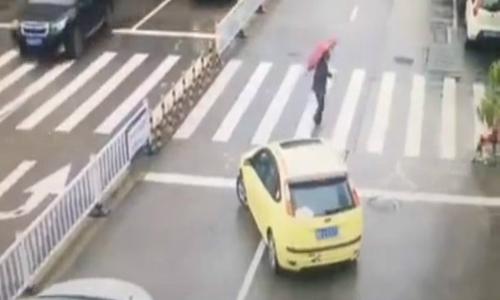 Tài xế quay ngang ôtô chắn cho bà cụ qua đường