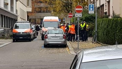Cảnh sát Thụy Sĩ phía ngoài văn phòng lãnh sự Mỹ ở Zurich. Ảnh: Blick.