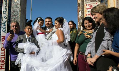 Lễ kết hôn trên biên giới Mỹ - Mexico. Ảnh: AFP.