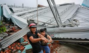 Gần 170 căn nhà ở TP HCM tốc mái sau trận mưa giông