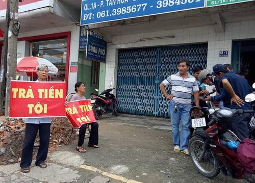 Người dân đến trước văn phòng Qũy tín dụng nhân dân Thái Bình đòi tiền. Ảnh: Thái Hà