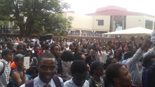 Sinh viên đại học Zimbabwe biểu tình, đòi tổng thống từ chức. Ảnh: Twitter.