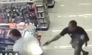 Cảnh sát Brazil vừa bế con vừa tiêu diệt hai tên cướp
