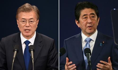 Tổng thống Hàn Quốc Moon Jae-in và Thủ tướng Nhật Bản Shinzo Abe. Ảnh: Reuters/AFP.