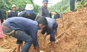 100 công nhân đào đất thông đường sắt sau hai lần tê liệt