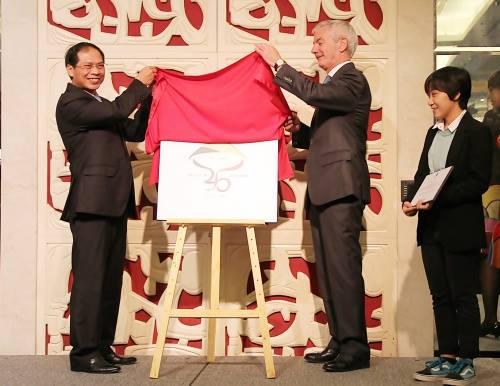 Tác phẩm đoạt giải của sinh viên Nguyễn Thu Quỳnh được hai thứ trưởng công bố. Ảnh: Đại sứ quán Bỉ tại Việt Nam.