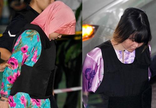 Đoàn Thị Hương (phải) và Siti Aisyah được áp giải đến tòa án ngày 27/11. Ảnh: AP.
