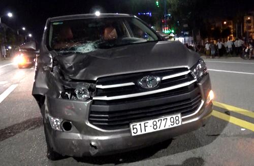 Ôtô gây tai nạn bị dân chặn bắt. Ảnh: Nguyệt Triều.