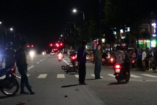 Hiện trường vụ hai xe máy bị ôtô tông. Ảnh: Nguyệt Triều.