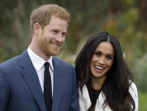 Hoàng tử Harry và bạn gái Meghan Markle tại Cung điện Kensington, London, ngày 27/11. Ảnh: AP.