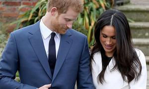 Giải mã động tác luồn tay vào áo của Hoàng tử Harry khi đứng cạnh hôn thê