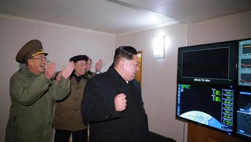 Ông Kim theo dõi dữ liệu hành trình bay của tên lửa trên màn hình. Ảnh: KCNA.