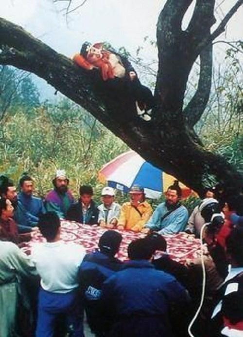 Trư Bát Giới phải nằm trên cây nghe họp vì thiếu ghế.