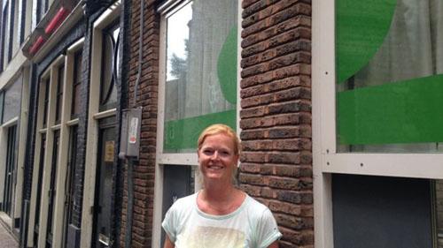 nha-tre-nam-lot-thom-giua-khu-den-do-o-amsterdam