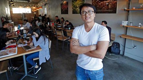 Sonny Nguyễn, 38 tuổi, đồng sáng lập chuỗi 7 Leaves Cafe nằm trên phố Garden Grove, thuộc khu Little Sài Gòn, quận Cam, bang California, Mỹ. Ảnh: Los Angeles Times.