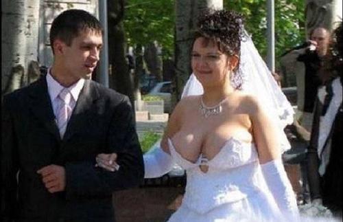 Cô dâu không biết nên vui hay buồn khi nhìn ảnh này.