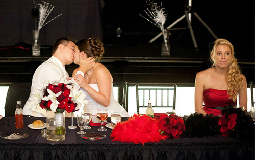 Một người hôn với một người... một người ngồi đó nụ cười hắt hiu.
