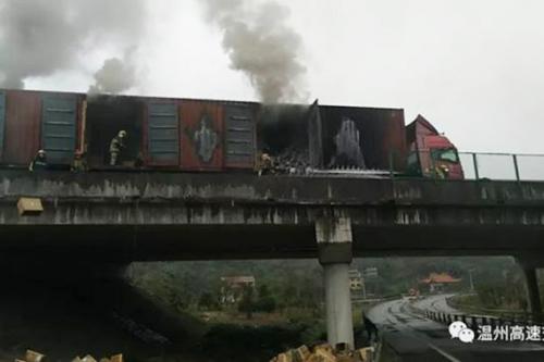 Chiếc xe tải chở giày bốc cháygần làng Lingxi, tỉnh Chiết Giang
