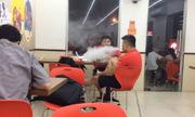 Hai thanh niên ngang nhiên hút thuốc trong phòng kín dù bị nhắc