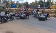 Quái xế chở thuốc lá lậu lao vào hàng rào xe máy chặn đường