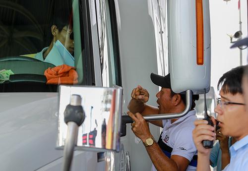 Người đàn ông lạ mặt hăm dọa tài xế. Ảnh: Nguyễn Thành.