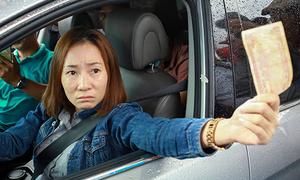 Nữ tài xế trả tiền lẻ qua trạm BOT Cai Lậy trong 30 phút