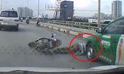 Người đi xe máy thoát chết thần kỳ dưới bánh xe taxi