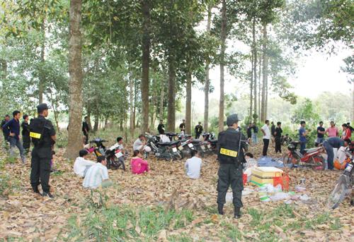 Hàng chục người tham gia lắc tài xỉu bị bắt giữ khi cảnh sát bật ngờ ập vào khu rừng. Ảnh: