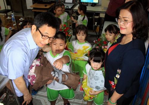 Phó Thủ tướng cùng bà Nguyễn Hòa Hiệp - PCT UBND tỉnh Đồng Nai thăm hỏi các cháu tại một trường mầm non sáng nay. Ảnh: Phước Tuấn