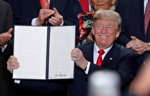 Ông Trump ký lệnh thu hẹp di tích quốc gia ở Utah. Ảnh: AP.