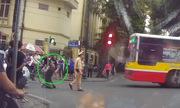 Tài xế quỳ lạy cảnh sát Hà Nội vì bị phạt đi vào đường cấm
