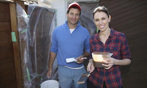 Thủ tướng New Zealand Jacinda Ardern và bạn trai Gayford. Ảnh: AP.