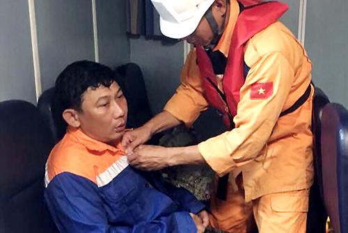 Một trong hai ngư dân trên tàu cá được cứu sống. Ảnh: Vietnam MRCC