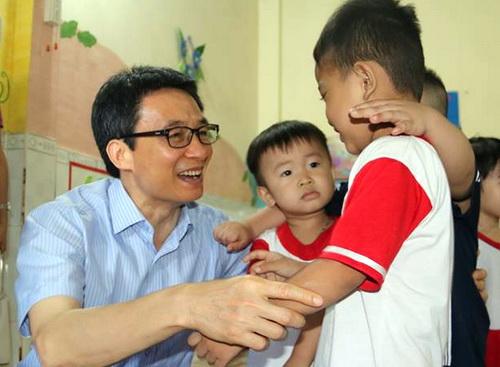 Phó Thủ tướng thăm nhóm trẻ mầm non Bình An tại phường Long Bình, TP Biên Hòa. Ảnh: Phước Tuấn