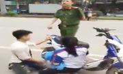 Đôi nam nữ quỳ gối van xin cảnh sát vì bị bắt xe