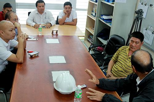 Lãnh đạo trạm thu phí Ninh An đối thoại với tài xế. Ảnh: Xuân Ngọc