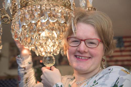 Amanda có niềm đam mê với những chiếc đèn chùm. Ảnh: Caters News Agency.