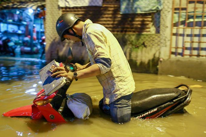 Nước dâng ngập lút bánh xe trên nhiều tuyến đường ở TP HCM