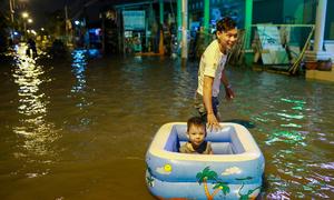 Người Sài Gòn lội nước sâu trong ngày triều cường đạt đỉnh