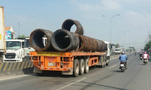 Xe máy 'lãnh đủ' nếu những cuộn sắt chục tấn rơi xuống đường