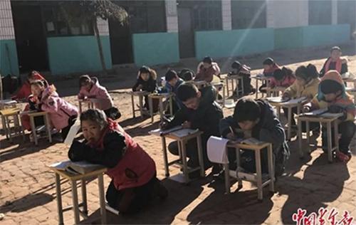 Học sinhở một trường tiểu học thuộc tỉnh Hà Bắc ngồi học ngoài trời 0 độ C. Ảnh:China Youth Daily