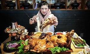 Cô gái một lúc ăn hết cả con cừu ở Trung Quốc