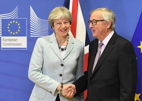 Thủ tướng Anh Theresa May bắt tay Chủ tịch