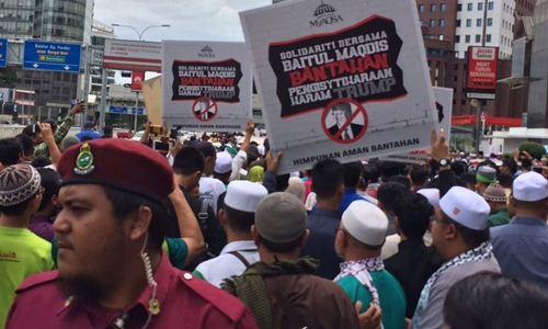 Người biểu tình tập trung bên ngoài đại sứ quán Mỹ tại Kuala Lumpur, Malaysia, ngày 8/12. Ảnh: Strait Times.