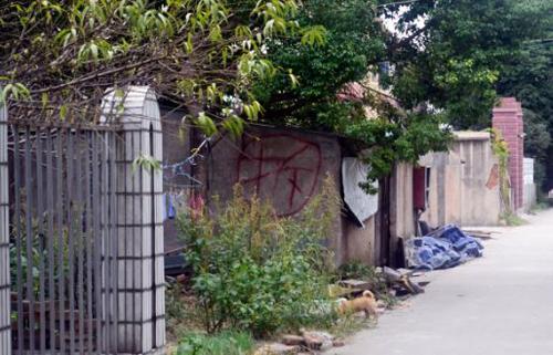Nhà của một người dân được dánh dấu chờ phá hủy. Ảnh: SCMP.