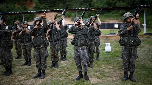 Các binh sĩ Hàn Quốc huấn luyện. Ảnh: Reuters.