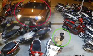 Cô gái đứng buộc tóc thoát nạn khi ôtô tông hàng loạt xe máy