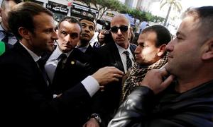 Người dân Algeria vây quanh Tổng thống Pháp xin thị thực